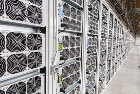 Эти стойки для вычислений с высокой плотностью для майнинга находятся в хэш-центре в Грузии