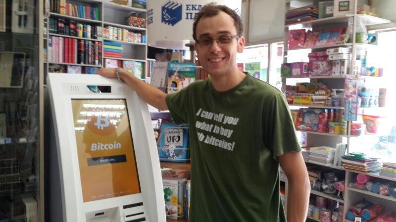 Биткоин-банкомат компании Genesic Coin в книжном магазине в Афинах