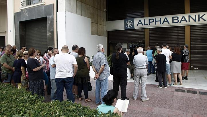 Очередь в банкомат греческого Alpha Bank