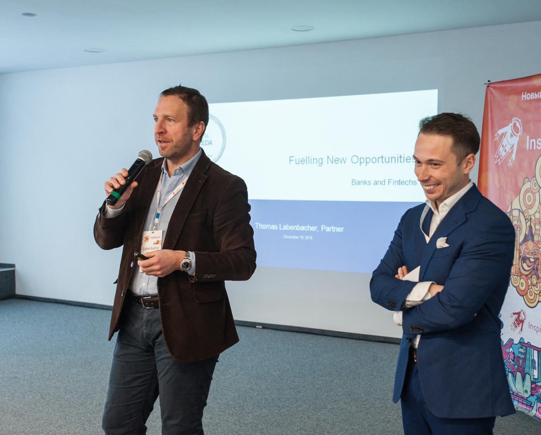 Основатель и управляющий директор FIDOR Bank, партнер Life.SREDA VC Томас Лабенбахери (слева) вместе с партнёром и инвестиционным директором Life.SREDA VC, CEO пан-азиатской BaaS-платоформы BAASIS Игорем Песиным (справа).