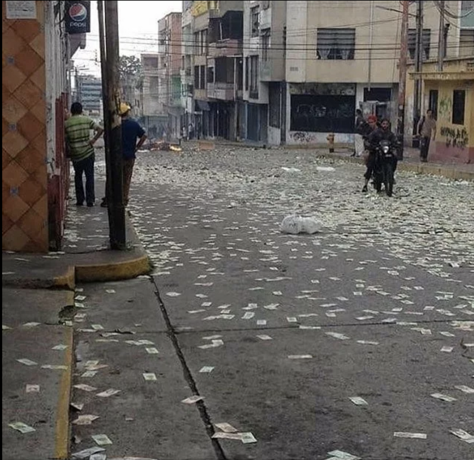 Венесуэльцы выбрасыают боливары на улицы